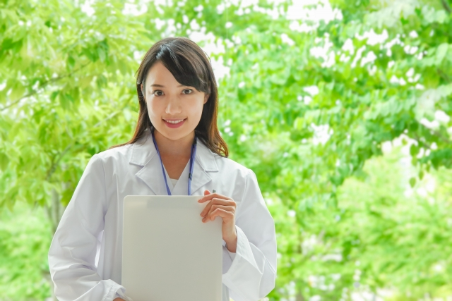 白衣を着た笑顔の女性