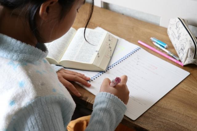 英語の宿題を勉強する小学生の女の子