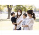 公園で遊ぶマスク姿のママ友と子供