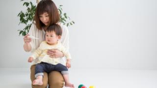 子どもの熱を測る母親_instagram