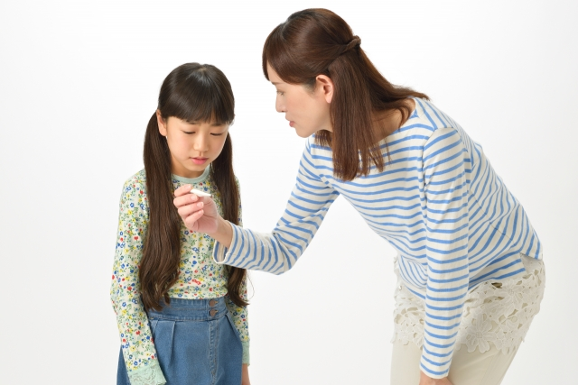 子どもの熱を測る