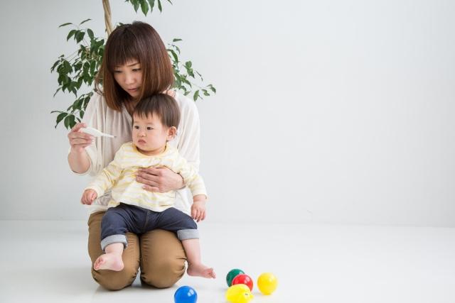 子どもの体温を測る母親