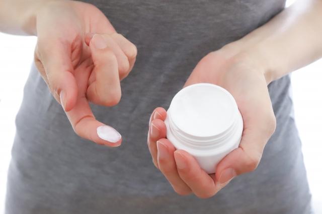 軟膏を手に取る女性