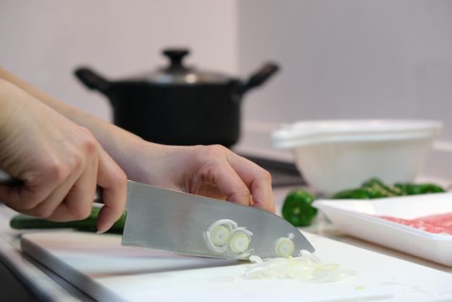 調理する女性